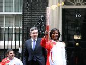 图文:北京奥运火炬在伦敦传递 刘易斯手持火炬