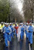 图文:北京奥运会火炬在伦敦传递 帕克手持火炬