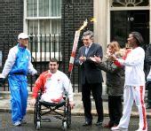图文:伦敦奥运火炬传递 布朗迎接火炬到来