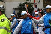 图文:圣火伦敦唐人街传递 平凡教师柏剑传圣火