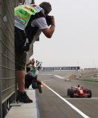 图文:[F1]巴林大奖赛正赛 场边勇敢的记者