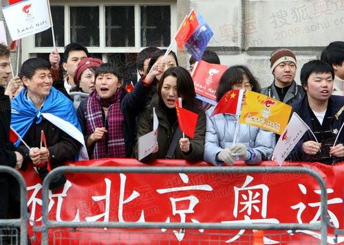 图文:沿途欢迎圣火的当地华人