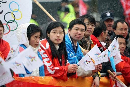 图文:当地华人冒雪迎接圣火