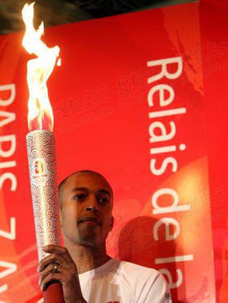 图文:巴黎火炬传递现场 迪亚加纳展示火炬