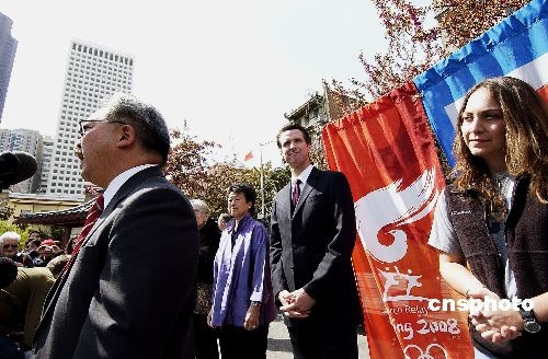 图为火炬手、身为华裔的旧金山市行政官李孟贤和媒体见面。 中新社发 陈钢 摄