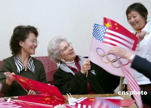 旧金山一群华洋老人喜气洋洋地赶制欢迎奥运圣火的旗帜