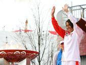图文:奥运圣火在伦敦传递 火炬手向观众致意