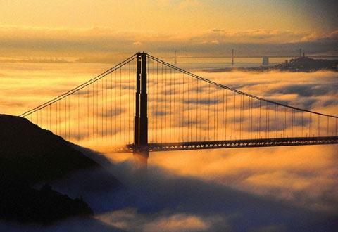 朝霞中的大桥