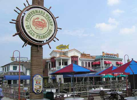 渔人码头的标志是一个画有大螃蟹的圆形广告牌
