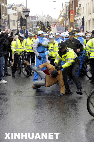"""4月6日,英国伦敦警方逮捕了极少数企图干扰破坏奥运圣火传递的""""藏独""""分子。 新华社记者 戚恒 摄"""