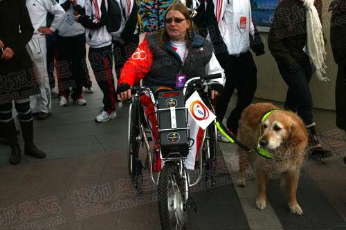 图文:奥运圣火伦敦传递结束 伦敦桥上的火炬手