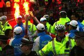 图文:奥运圣火伦敦传递结束 火炬手点燃火炬