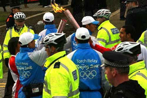 图文:奥运圣火伦敦传递结束 霍尔姆斯交接圣火