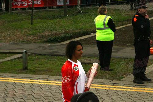 图文:奥运圣火伦敦传递结束 霍尔姆斯等待火炬