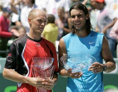 两人展示奖杯