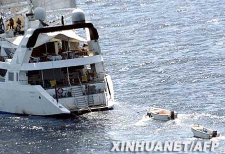 """这张4月4日由法国国防部提供的照片显示,海盗站在被劫持的法国豪华游艇""""PONANT""""号的上层甲板上。新华社/法新"""