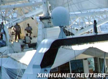 """4月4日,在索马里附近海域,持枪的海盗站在被劫持的法国豪华游艇""""PONANT""""号的上层甲板上。新华社/路透"""