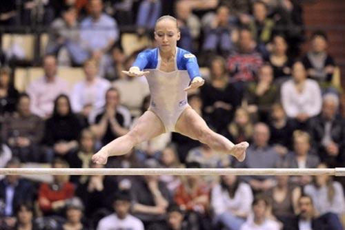 图文:女子体操欧锦赛单项决赛 美少女空中抓杠