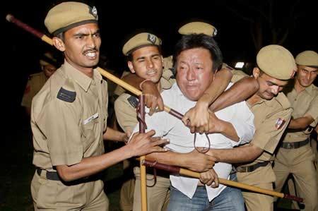 """3月14日,印度警察逮捕在中国驻印度大使馆前闹事的""""藏独""""分子。 路透社"""