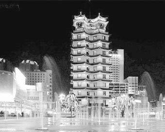 图为郑州二七纪念馆的夜景