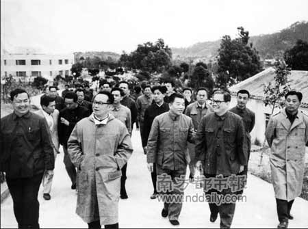 1980年,吴南生(前排左三)、吴健民(前排右二)陪同谷牧(前排左二)、考察珠海。