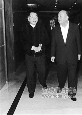 1996年,吴南生(左)陪同杨尚昆视察汕头经济特区。