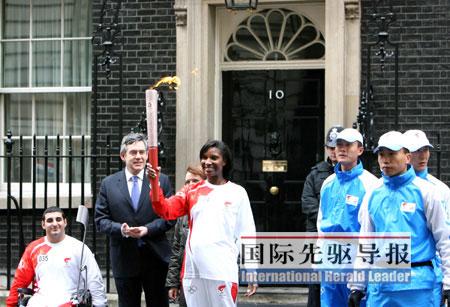 英国首相布朗亮相伦敦火炬传递现场。本报记者 谢秀栋/摄