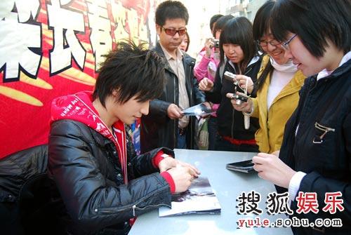 乔任梁为歌迷签名