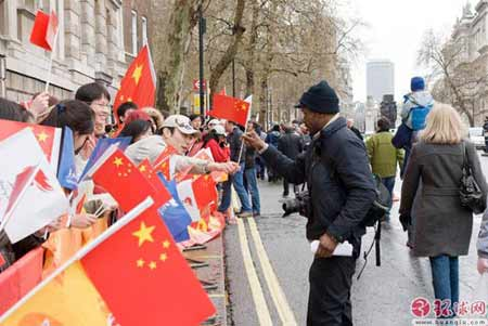 伦敦留学生在圣火传递现场自发发放国旗