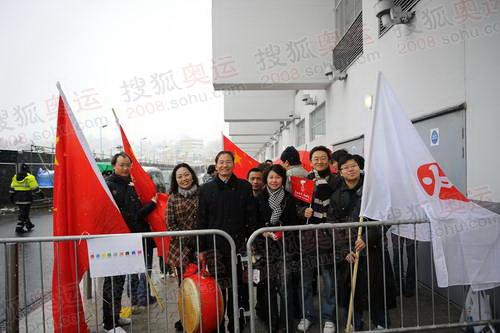 中国留学生一早便冒雪来到了温布利体育场加油助威