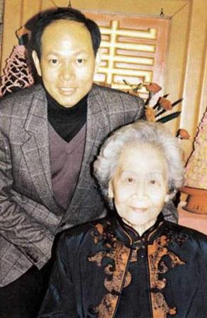 罗家英早年辍学,父亲把他交到粉菊花门下学戏曲。图为粉菊花大寿时与罗家英合影。