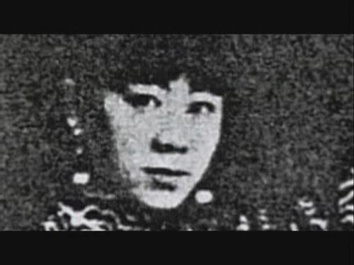 粉菊花,中国第一位武打女星,著名平剧刀马旦(平剧其实就是京剧,源于北京改北平。)生于1904年,1994年逝世。