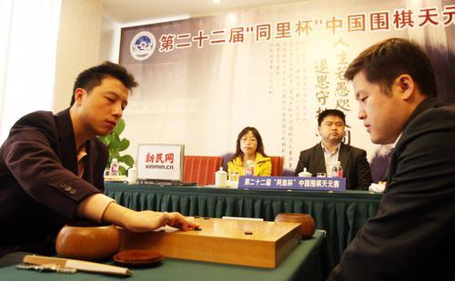 周鹤洋(右)击退古力 将决赛拖入决胜局