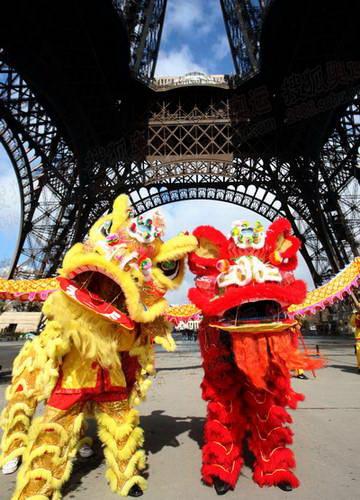 图文:巴黎火炬传递 埃菲尔铁塔下的舞狮表演