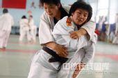 图文:女柔-78公斤级杨秀丽备战 与队友训练中