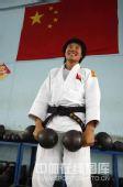 图文:女柔-78公斤级杨秀丽备战 可谓女中豪杰