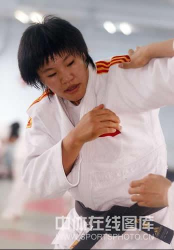 图文:女柔-78公斤级杨秀丽备战 展露冠军气势