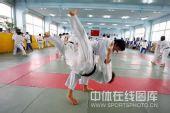图文:女柔-78公斤级杨秀丽备战 成功抱摔对手