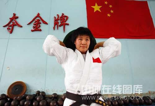 图文:女柔-78公斤级杨秀丽备战 杨秀丽练力量