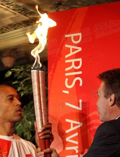 迪亚加纳从巴黎方面代表手中