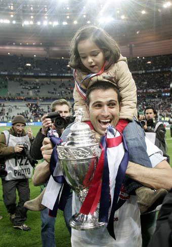 巴黎圣日耳曼队队长保莱塔手拿法国杯,兴奋不已