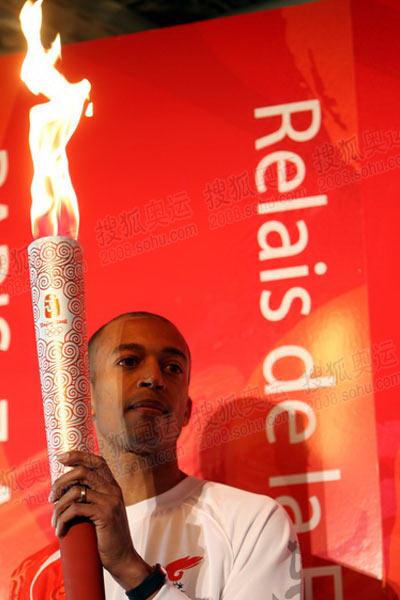 巴黎站第一棒火炬手:迪亚加纳