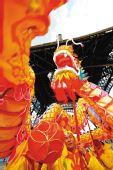 图文:埃菲尔铁塔下举行舞龙表演迎接奥运圣火