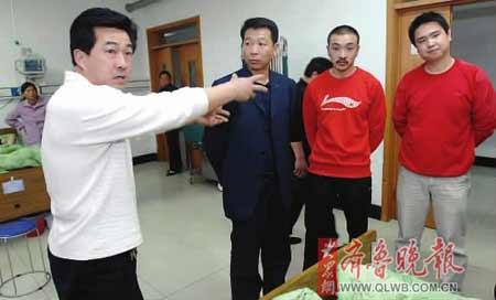 见义勇为的丁先生(右一)、王先生(右二)、李先生(左一)正在给伤者家属和记者讲述事情经过。