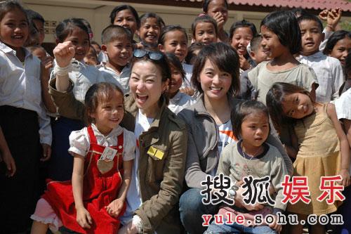 郑秀文梁咏琪与孩子们聊天