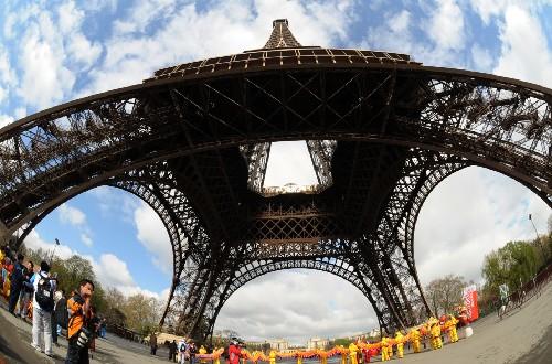 4月7日,北京奥运会圣火传递活动在法国巴黎举行,这是北京奥运会圣火境外传递的第五站。图为在圣火传递起点――埃菲尔铁塔下的文艺表演。 新华社记者周文杰摄
