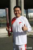 图文:奥运圣火在巴黎传递 奥运火炬手柳青