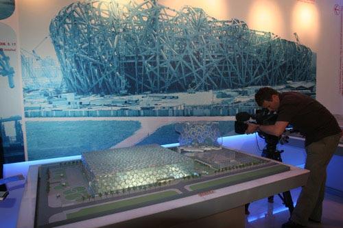 境外媒体拍摄水立方模型