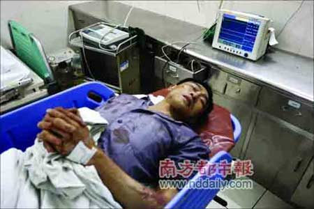 事故中受伤的乘客张通标陷入昏迷,被送到医院接受治疗。记者范舟波摄