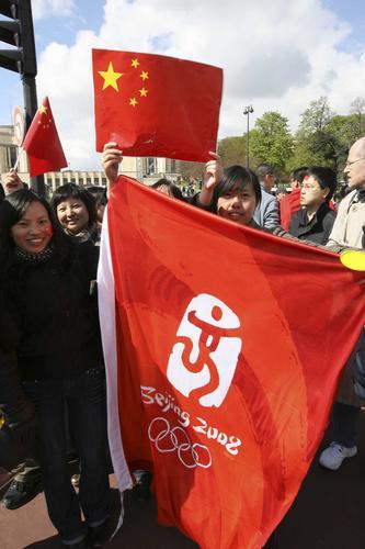 组图:北京奥运圣火法国巴黎站传递盛况